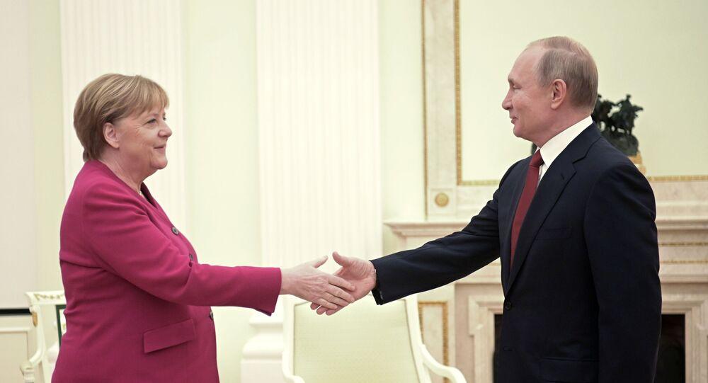 Presidente russo Vladimir Putin e a chanceler alemã Angela Merkel durante reunião