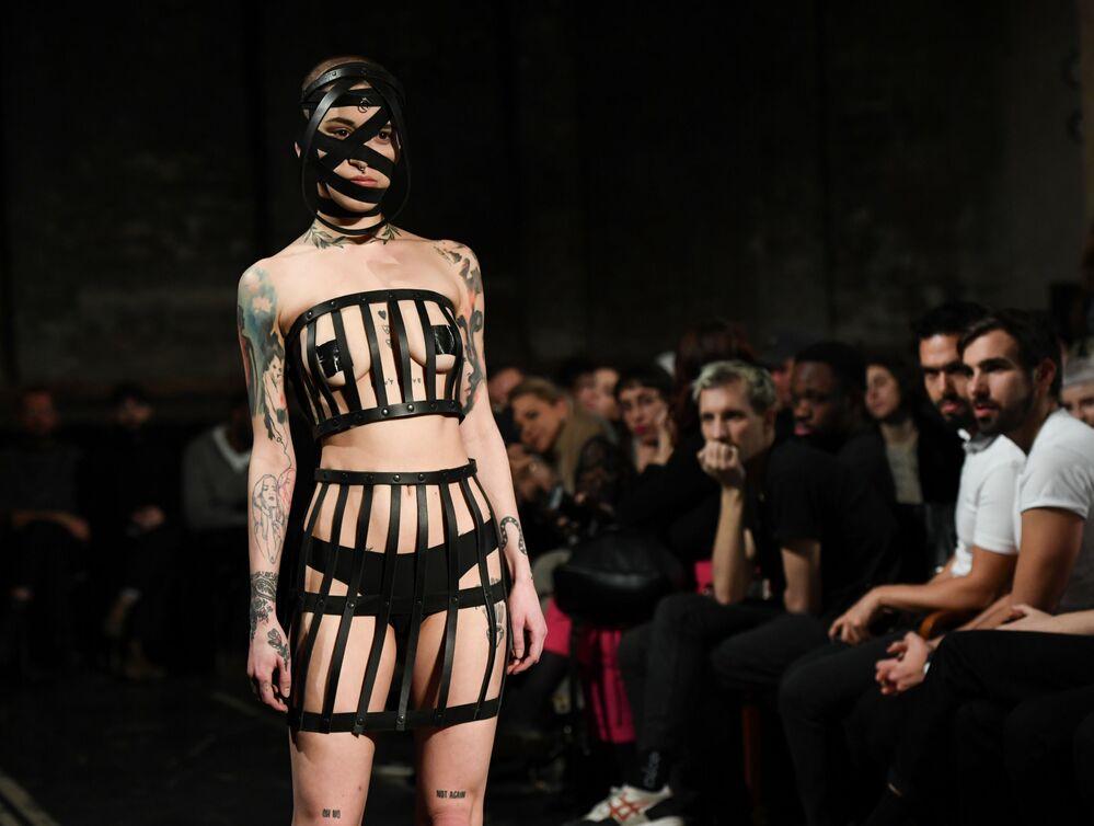Modelos desfilam durante Semana da Moda em Berlim, Alemanha