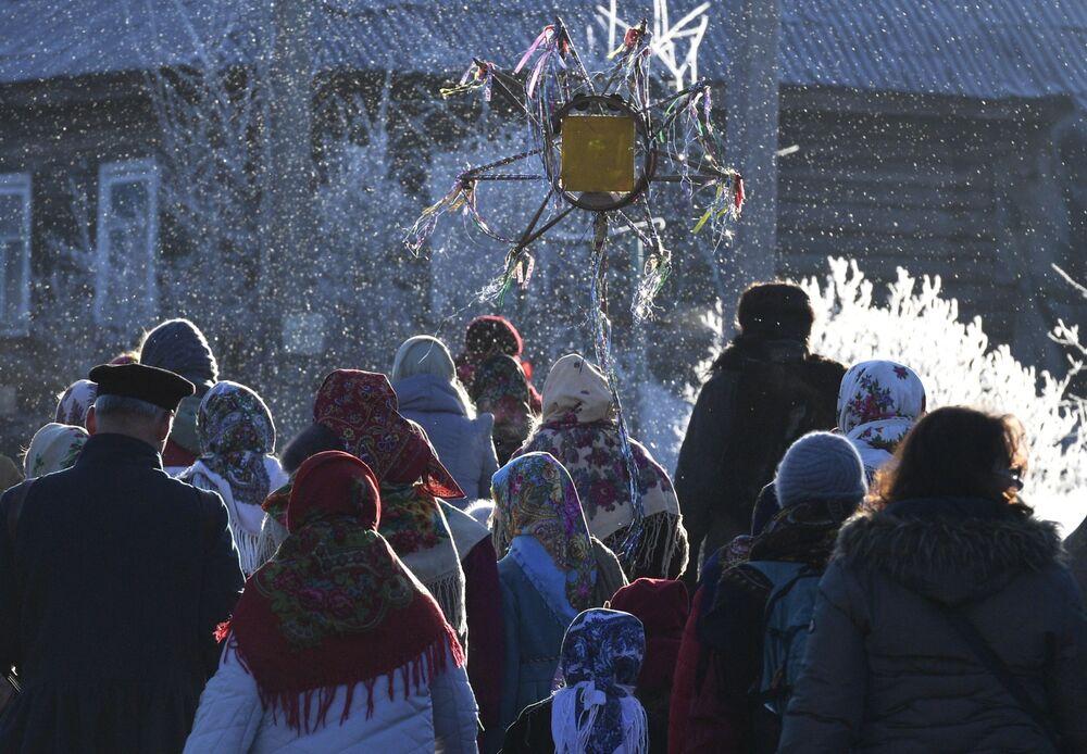 Participantes de festas sagradas no povoado de Lozhgolovo, região russa de Leningrado
