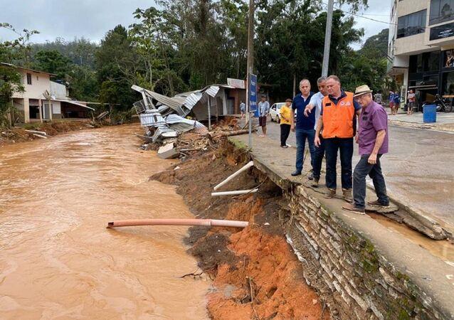 Renato Casagrande, governador do Espírito Santo, visitando regiões atingidas por fortes chuvas, no sul do estado