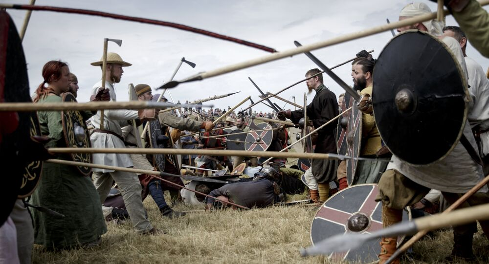 Pessoas vestidas de Vikings simulam batalha durante Festival Viking em Trelleborg, na Dinamarca (foto de arquivo)