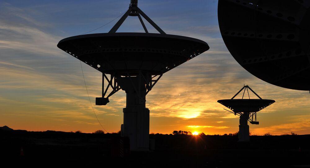 Conjunto de antenas do radiotelescópio KAT-7 ao pôr do sol em Karoo, África do Sul, no SKA
