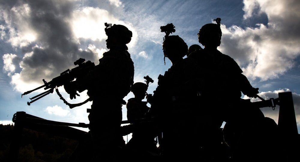 Silhueta de soldados americanos em Hohenfels, Alemanha (foto de arquivo)