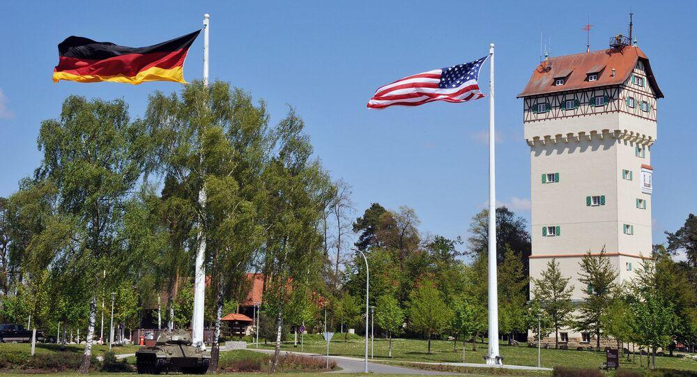Bandeiras alemã e americana em frente à sede do 7º Comando de Treinamento do Exército dos EUA na Bavária, Alemanha (foto de arquivo)