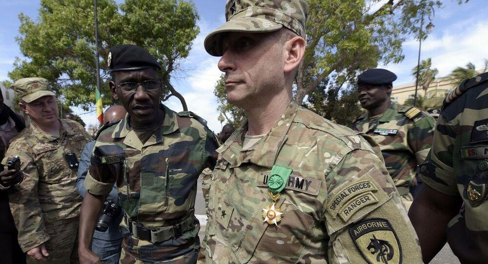 General americano Donald C. Bolduc entre militares africanos (foto de arquivo)
