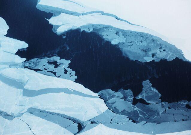 Fissura de gelo no Oceano Ártico