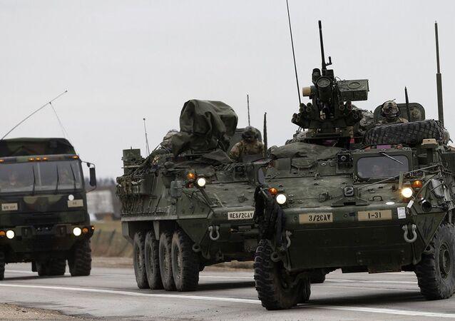 Veículos de transporte de tropas blindados Stryker dos EUA em ação na Lituânia (foto de arquivo)
