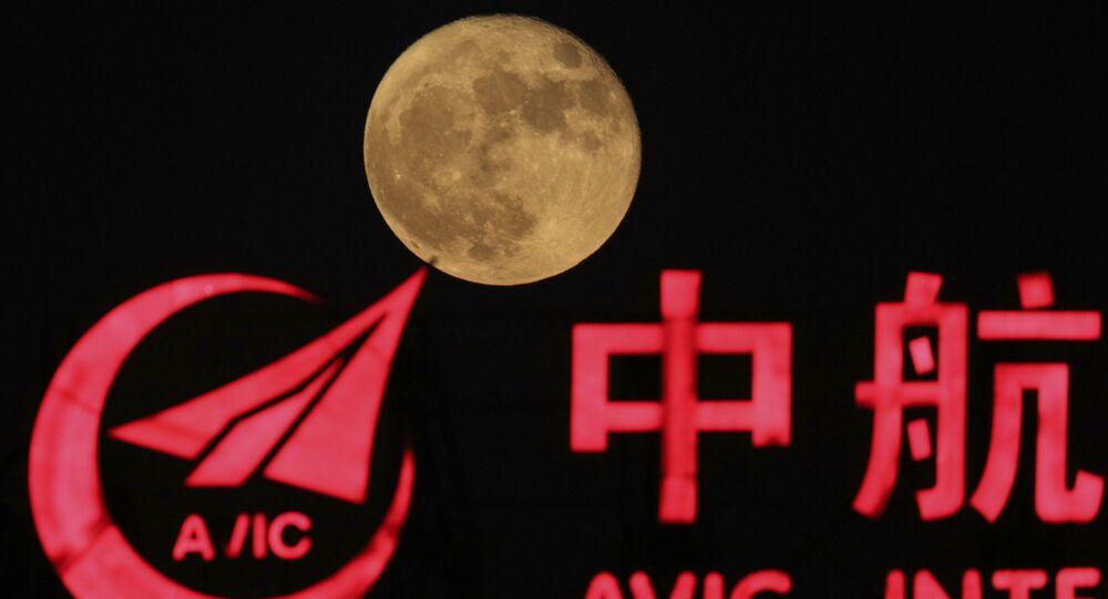 Lua ao lado do logo da Corporação da Indústria de Aviação em Pequim, China
