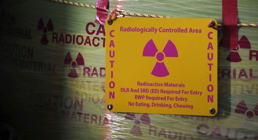 Material nuclear com símbolo de perigo de radiação