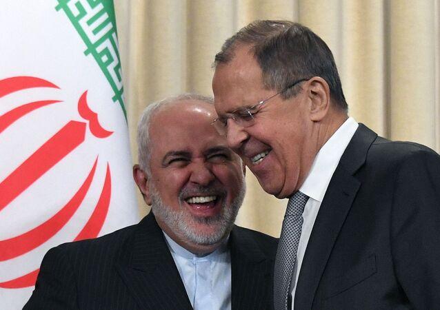 Ministro das Relações Exteriores da Rússia, Sergei Lavrov (à direita), em encontro com seu homólogo iraniano, Javad Zarif, em Moscou, em 30 de dezembro de 2019