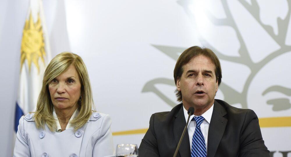Luis Lacalle Pou, presidente eleito do Uruguai, com sua vice-presidente, Beatriz Argimón, em conferência de imprensa (imagem referencial)