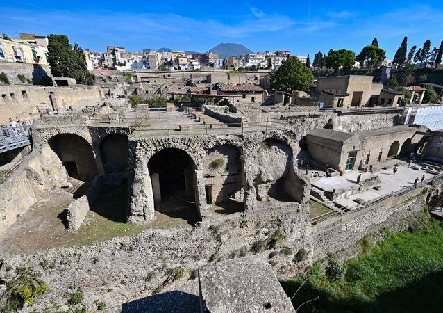 Área arqueológica em Herculano, com o Monte Vesúvio ao fundo
