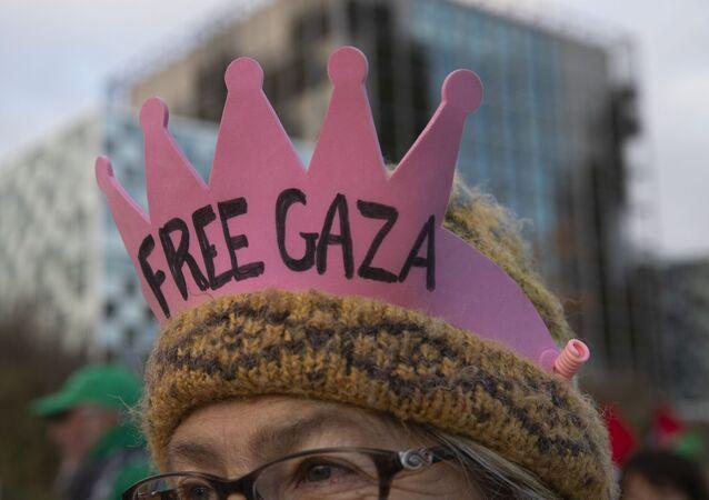 Manifestantes na porta do Tribunal Penal Internacional, em Haia, demandando apreciação de caso sobre crimes de Guerra cometidos contra a Flotilha da Liberdade na costa da Faixa de Gaza
