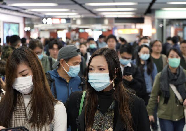 Passageiros com máscaras para prevenir o novo coronavírus caminham em uma estação de metrô, em Hong Kong (foto de arquivo)