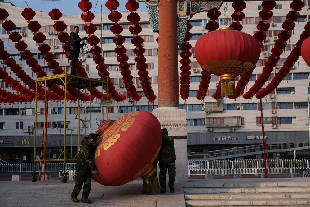 Trabalhadores desmontam decorações de Ano Novo Lunar na cidade chinesa de Wuhan