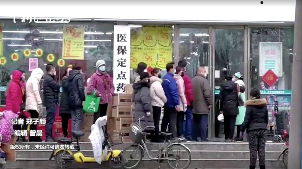 Pessoas usando máscaras em uma loja na província chinesa de Hubei