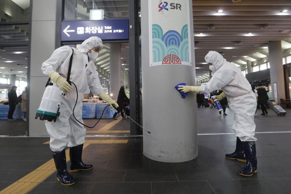 Trabalhadores realizam limpeza preventiva em uma estação de trem na Coreia do Sul