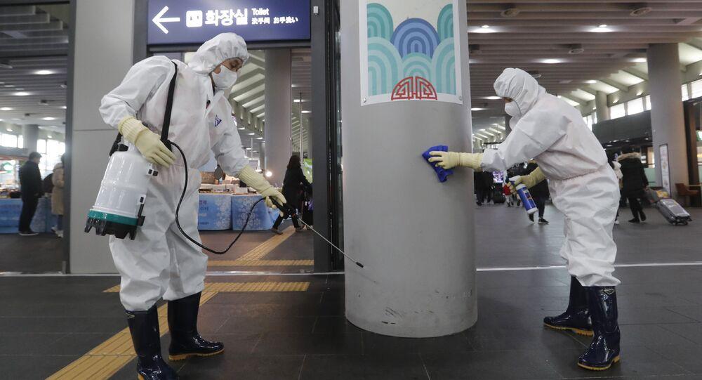 Funcionários trabalhando para prevenir um novo coronavírus na estação de Suseo em Seul, Coreia do Sul, 24 de janeiro de 2020