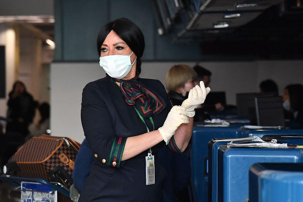 Funcionária da companhia China Southern Airlines coloca luvas