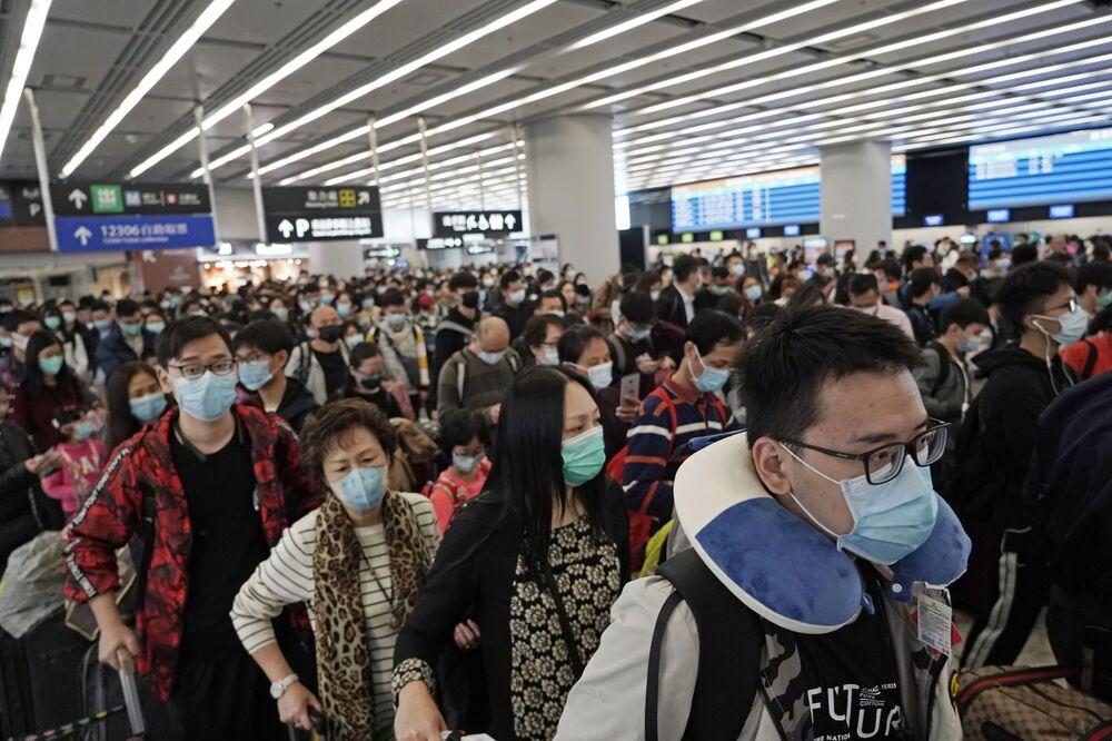 Passageiros usando máscaras na estação de trem de Hong Kong