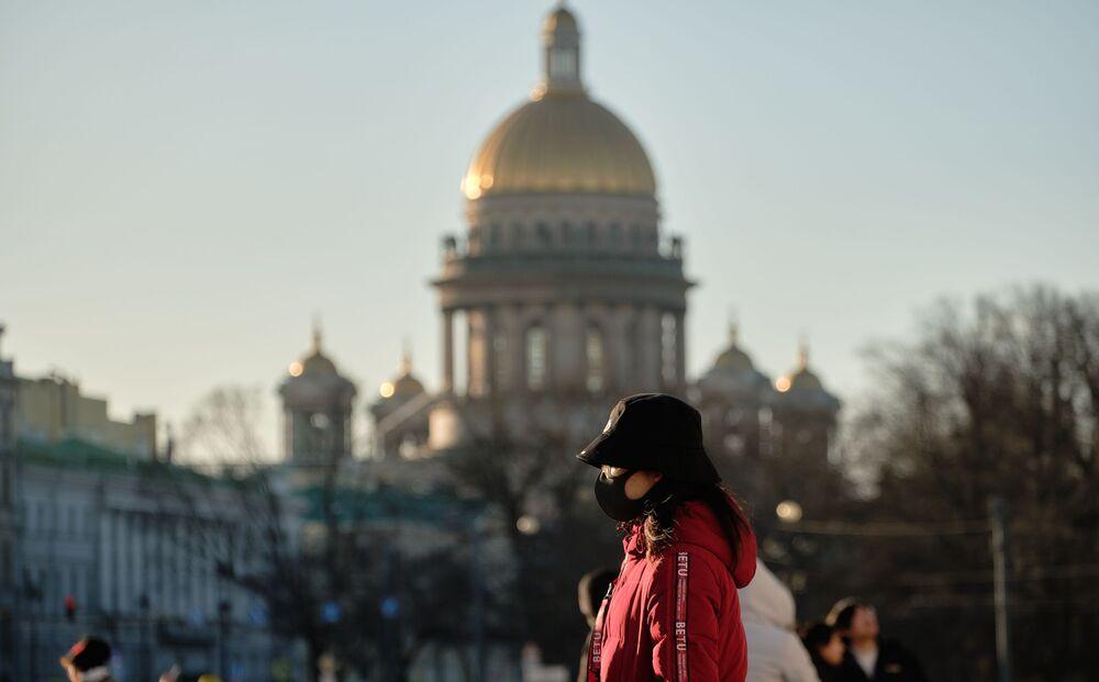 Turista chinesa com máscara para se proteger do novo coronavírus na cidade russa de São Petersburgo