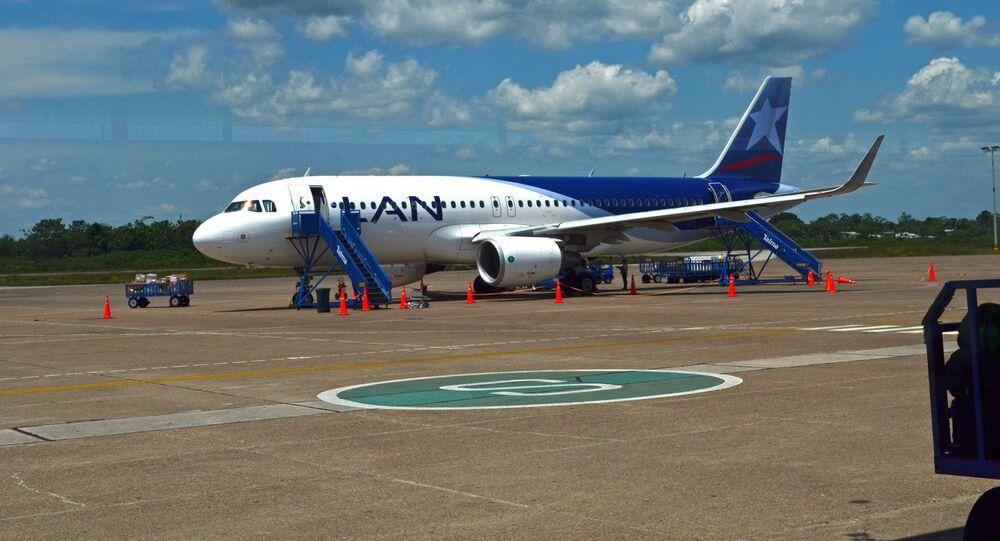 Avião da companhia aérea LAN em Lima