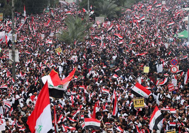 Manifestantes na capital iraquiana de Bagdá protestam contra a presença dos EUA no país