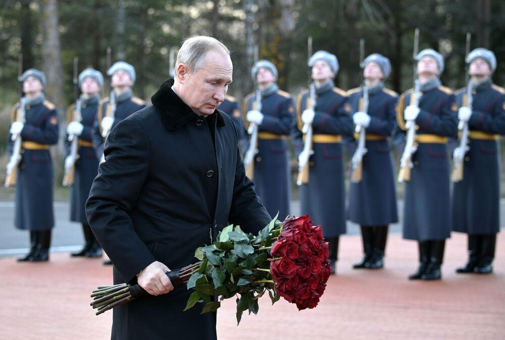 Presidente russo, Vladimir Putin, põe flores no monumento em memória aos soldados da 2ª Guerra Mundial