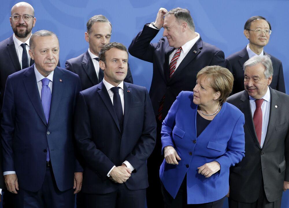Chanceler alemã Angela Merkel, segunda à direita, aguarda chegada dos líderes em conferência sobre a Líbia, na Alemanha