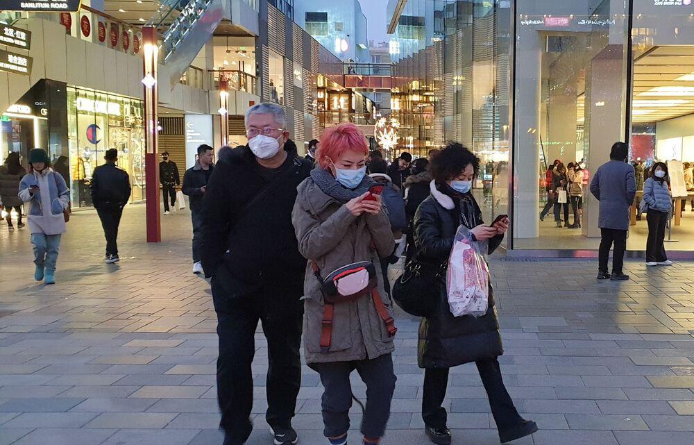 Pedestres usam máscaras nas ruas de Pequim devido ao coronavírus