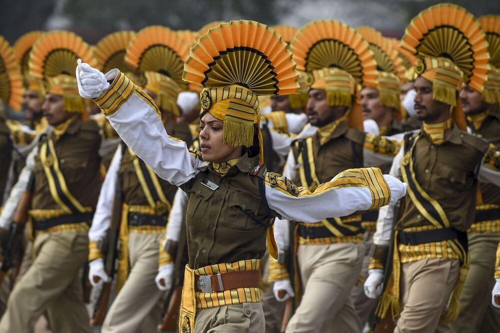 Soldados da Força Federal de Segurança Industrial (CISF) participam de desfile militar no Dia da Índia