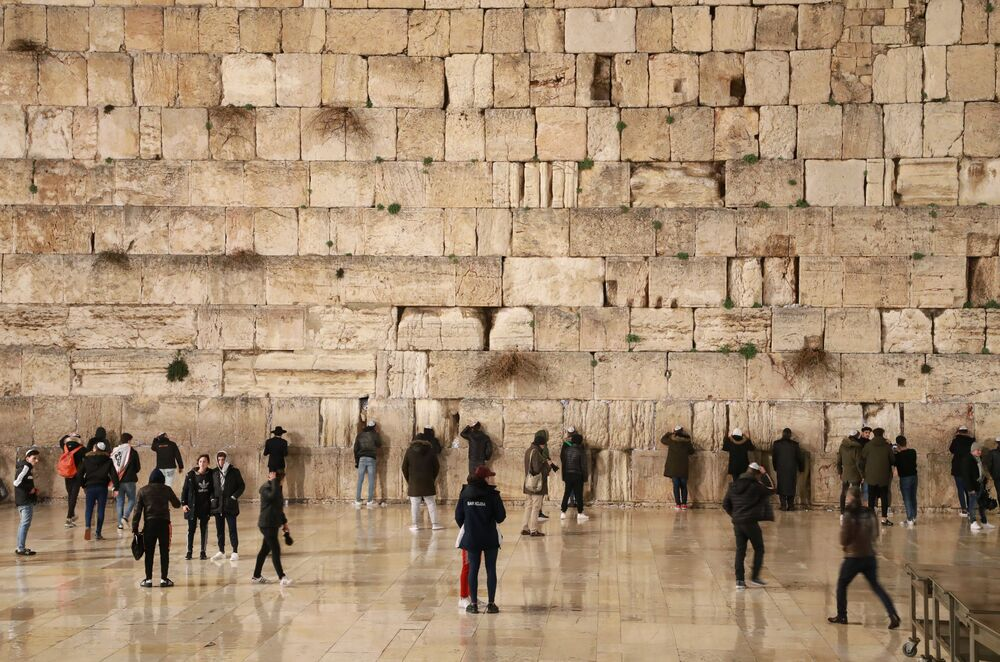 Visitantes se reúnem no Muro das Lamentações em Jerusalém