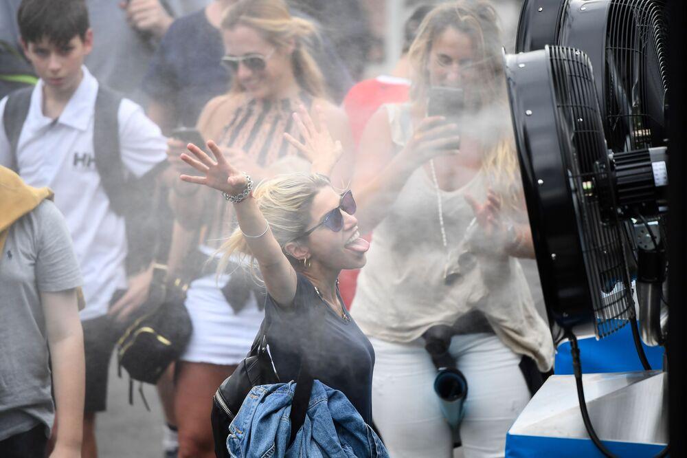 Pessoas se refrescam durante torneio de tênis na Austrália