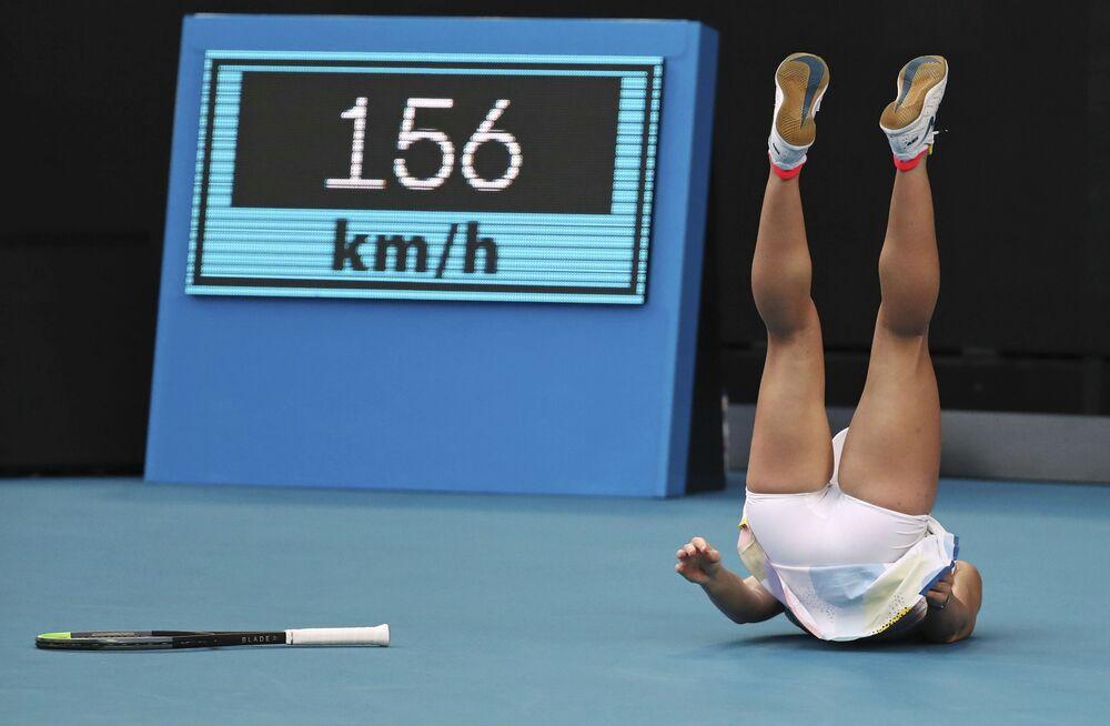 Tenista romena cai durante partida de torneio realizado na Austrália