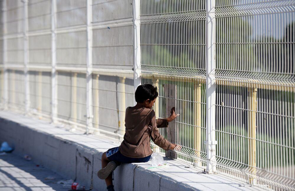 Imigrantes hondurenhos esperam para atravessar a fronteira internacional entre Guatemala e México