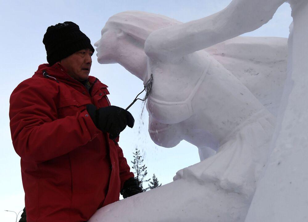 Participante cria escultura de gelo em competição realizada na Sibéria