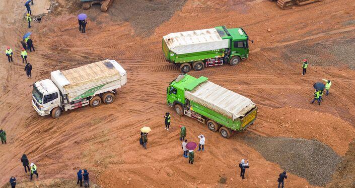 Foto aérea de caminhões e operários durante a construção do novo hospital para os pacientes infectados pelo coronavírus, em 24 de janeiro de 2020