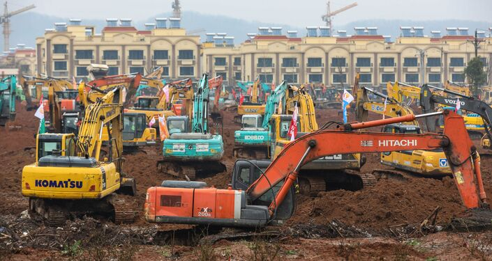 Escavadeiras no local da construção do novo hospital para tratar o coronavírus em Wuhan, China, 24 de janeiro de 2020