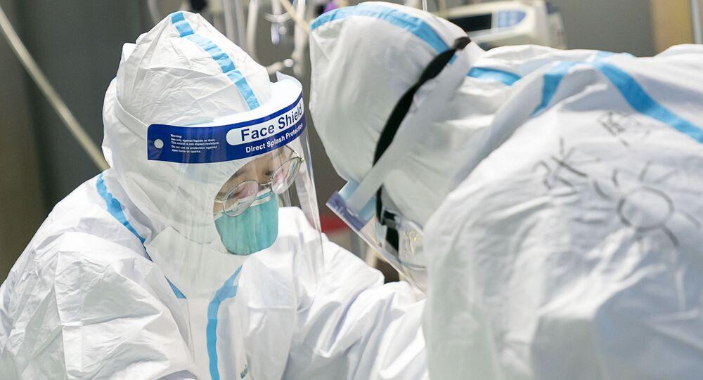Agentes de saúde atendem um paciente no Hospital Zhongnan da Universidade de Wuhan, Hubei, China (foto de arquivo)