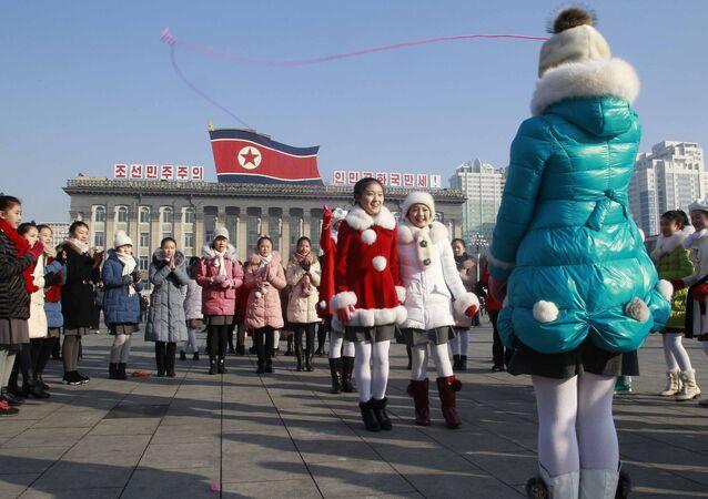 Crianças norte-coreanas comemoram o Ano Novo Lunar na praça Kim Il Sung, em Pyongyang, Coreia do Norte, em 25 de janeiro de 2020