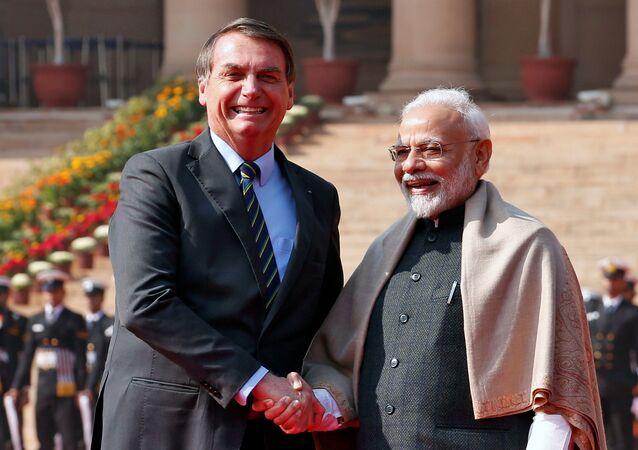 Presidente Jair Bolsonaro aperta a mão do primeiro-ministro indiano Narendra Modi durante sua recepção cerimonial em Nova Deli, Índia, em 25 de janeiro de 2020