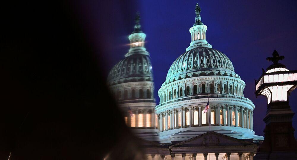 Capitólio durante a noite, no quarto dia do julgamento do presidente Donald Trump no Senado dos EUA, em 24 de janeiro de 2020