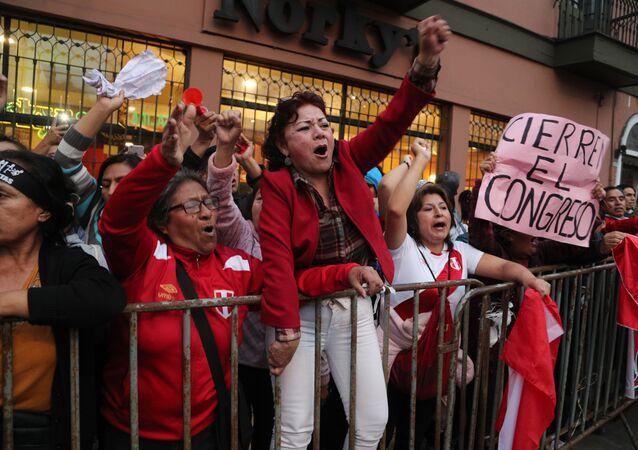 Manifestantes a favor da decisão do presidente peruano Martín Vizcarra de dissolver o Congresso da República, 30 de setembro de 2019