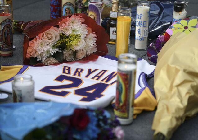 Fãs em luto pela morte da estrela do basquete, Kobe Bryant, montam memorial em Los Angeles, no dia 26 de janeiro de 2020