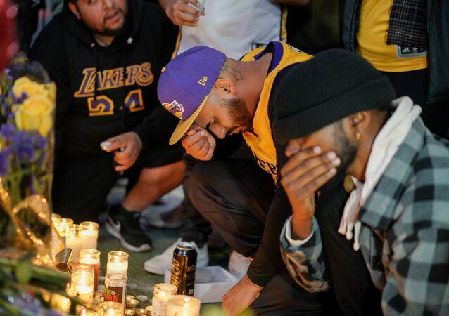 Fãs lamentam a morte do jogador de basquete Kobe Bryant, em Los Angeles, nos EUA, no dia 26 de janeiro de 2020