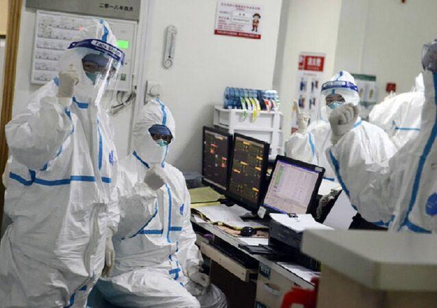 Equipe médica no Hospital Central de Wuhan, na China, atende a um paciente (foto de arquivo)