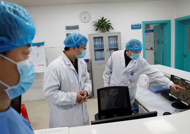 Médicos chineses observam por monitor pacientes infectados com o coronavírus (foto de arquivo)