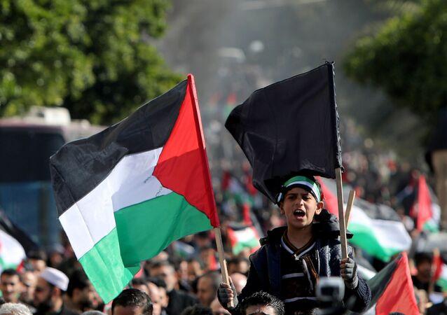 Palestinos participam de manifestação contra o plano a ser anunciado por Donald Trump, na Cidade de Gaza, nesta terça-feira (28)