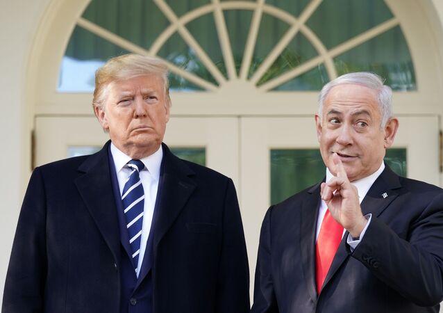 O presidente dos EUA, Donald Trump, ao lado do primeiro-ministro de Israel, Benjamin Netanyahu, na Casa Branca, em Washington.