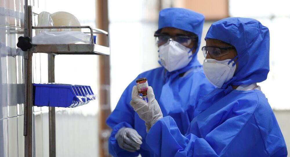 Equipe médica de um hospital da Índia é vista em uma ala especializada para suspeitas de coronavírus